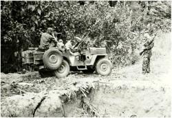Photo 14 - Jeep contournant un trou d'éléphant