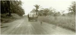 Photo 31 - Départ des sœurs en bétaillère  pour rejoindre le terrain d'aviation de Buta