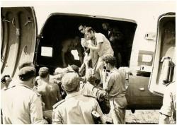 Photo 33 - Transfert de blessés à l'aéroport de Buta en direction de Stanleyville.