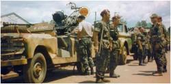 Photo 9 - Le Lt Colonel Lamouline à droite devant un canon Oerlikon